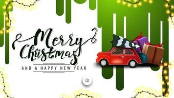Joyeux Noël et bonne année, bannière de réduction blanche avec des stries vertes de peinture sur le mur blanc et voiture vintage rouge portant arbre de Noël