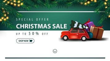 offre spéciale, vente de noël, jusqu'à 50 off, bannière de réduction blanche et verte avec bouton, cadre d'arbre de noël, guirlande, bande horizontale et voiture vintage rouge portant arbre de noël vecteur