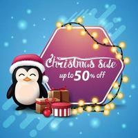 vente de noël, jusqu'à 50 off, bannière bleue carrée avec guirlande enveloppée de signe hexagonal rose, pingouin en chapeau de père Noël avec des cadeaux et arbre de Noël vecteur