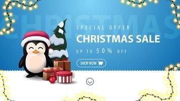 offre spéciale, vente de Noël, jusqu'à 50 de réduction, bannière de réduction bleue et blanche pour site Web avec ligne ondulée, guirlande, pingouin en chapeau de père Noël avec cadeaux et arbre de Noël vecteur