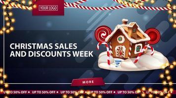 soldes de Noël et semaine de réduction, bannière de réduction bleue avec guirlandes, bouton, place pour votre logo et maison de pain d'épice de Noël vecteur