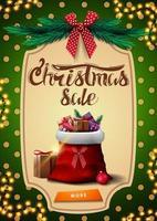 vente de noël, bannière de remise verticale verte avec bouton, guirlande, texture à pois verts sur fond, cadre vintage, branches d'arbre de Noël, arc rouge et sac de père Noël avec des cadeaux vecteur