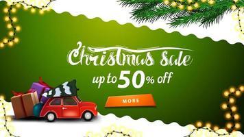 vente de Noël, jusqu'à 50 de réduction, bannière de réduction verte et blanche avec ligne diagonale ondulée, bouton orange, branches d'arbre de Noël et voiture vintage rouge portant arbre de Noël vecteur