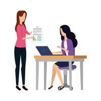 femmes d & # 39; affaires élégantes travaillant avec un ordinateur portable