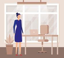 élégante femme d'affaires au bureau