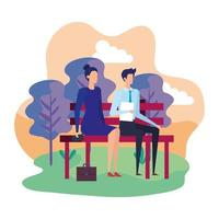 élégant couple d'affaires assis dans la chaise de parc