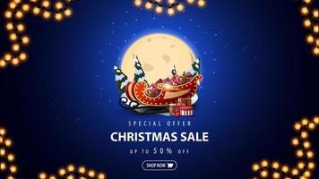 offre spéciale, vente de Noël, jusqu'à 50 rabais, bannière de réduction bleue avec grande pleine lune, congères de neige, pins, ciel étoilé et traîneau du père Noël avec des cadeaux vecteur