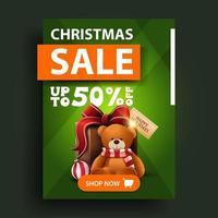 vente de Noël, jusqu'à 50 de réduction, bannière de réduction verticale verte avec bouton et cadeau avec ours en peluche