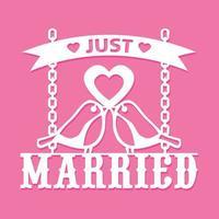 coupe de papier des oiseaux d'amour juste mariés