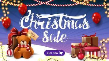 vente de Noël, bannière de réduction bleue avec des ballons, des guirlandes, un bouton et un cadeau avec ours en peluche
