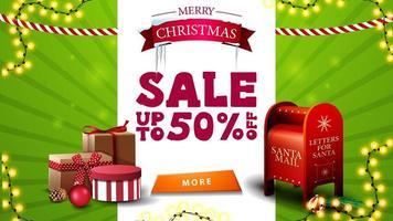 Vente de Noël, jusqu'à 50 de réduction, bannière de réduction verte et blanche avec symbole de salutation, guirlandes, bouton, boîte aux lettres du père Noël et cadeaux vecteur
