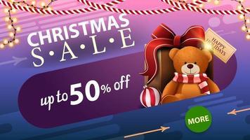 vente de Noël, jusqu'à 50 de réduction, bannière de réduction bleue avec guirlande, bouton cercle vert et cadeau avec ours en peluche