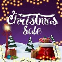 vente de noël, bannière de remise pourpre carrée avec paysage d'hiver de dessin animé, guirlande, lanterne vintage de poteau et sac de père Noël avec des cadeaux vecteur