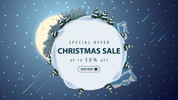 offre spéciale, vente de Noël, jusqu'à 50 de réduction, belle bannière de réduction avec la silhouette de la planète, les pins, les dérives, la montagne, la ville, la pleine lune et le ciel étoilé. vecteur
