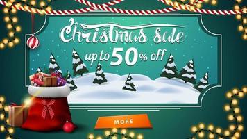 vente de noël, jusqu'à 50 rabais, bannière de réduction verte avec paysage d'hiver de dessin animé, bouton et sac de père Noël avec des cadeaux vecteur