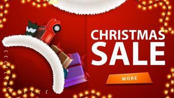 Vente de Noël, bannière de réduction rouge en forme de costume de père Noël avec voiture vintage rouge transportant l'arbre de Noël dans la poche vecteur