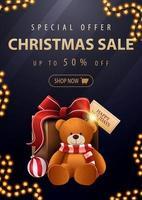 offre spéciale, vente de Noël, jusqu'à 50 de réduction, belle bannière de réduction sombre et bleue avec des lettres dorées et un cadeau avec un ours en peluche