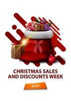 Ventes de Noël et semaine de réduction, bannière de réduction blanche verticale avec des formes abstraites, bouton et sac de père Noël avec des cadeaux