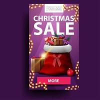 vente de Noël, bannière de remise moderne verticale avec bouton, place pour votre logo et sac de père Noël avec des cadeaux