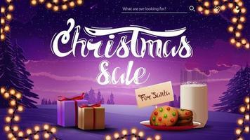 vente de Noël, bannière de réduction violette avec guirlande, cadeau et biscuits avec un verre de lait pour le père Noël. bannière avec paysage de nuit d'hiver