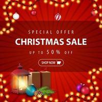 offre spéciale, vente de Noël, jusqu'à 50 rabais, bannière de réduction rouge avec cadeau, lanterne vintage, branche d'arbre de Noël avec un cône et des boules de Noël