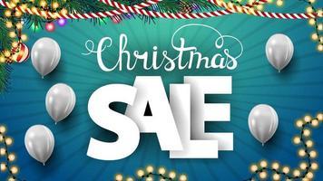 Vente de Noël, bannière discount carré bleu avec de grandes lettres volumétriques et des ballons blancs sur fond bleu