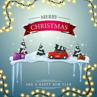 Joyeux Noël et bonne année, carte de voeux carrée avec forêt d'hiver de pins et voiture vintage rouge portant arbre de Noël.
