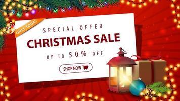 offre spéciale, vente de noël, jusqu'à 50 rabais, belle bannière de réduction rouge avec guirlande, arbre de noël, cadeau, lampe ancienne, branche d'arbre de noël, cône, boule de noël