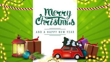 Joyeux Noël et bonne année, carte postale horizontale verte avec des cadeaux de Noël et voiture vintage rouge transportant l'arbre de Noël