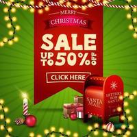 Vente de Noël, jusqu'à 50 rabais, bannière de réduction carrée verte et rouge avec grand ruban rouge avec offre, guirlandes, bougie et boîte aux lettres du père Noël avec des cadeaux