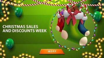 Ventes de Noël et semaine de réduction, bannière de réduction verte horizontale avec des ballons, des guirlandes, des bas de Noël et un bouton