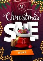 Vente de Noël, bannière de réduction violet vertical avec grandes lettres volumétriques, guirlandes, bouton et sac de père Noël avec des cadeaux