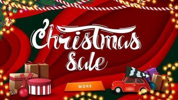 Vente de Noël, bannière de remise horizontale rouge dans le style de papier découpé avec des cadeaux de Noël et voiture vintage rouge transportant l'arbre de Noël