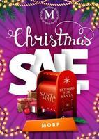 Vente de Noël, bannière de remise verticale rose avec guirlandes, grandes lettres volumétriques, bouton et boîte aux lettres du père Noël avec des cadeaux