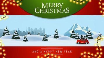 Joyeux Noël, belle carte postale rouge avec illustration de la forêt d'hiver de pins, ville silhouette, montagne enneigée et voiture vintage rouge portant arbre de Noël