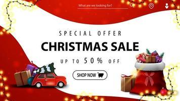 offre spéciale, vente de noël, jusqu'à 50 rabais, bannière de réduction rouge et blanc avec des lignes douces, voiture vintage rouge transportant un arbre de Noël et un sac de père Noël avec des cadeaux