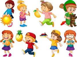 Ensemble de différents enfants jouant avec leur personnage de dessin animé de jouets isolé sur fond blanc vecteur