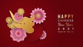 nouvel an chinois 2021 année du bœuf. Bonne année lunaire bannière avec bœuf doré et ornements de fleurs colorées sur fond rouge