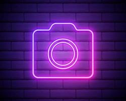 signe de caméra photo au néon. bannière néon photostudio. caméra de signalisation lumineuse, cam néon publicitaire de nuit. néon rose sur fond violet foncé. illustration vectorielle eps10 vecteur