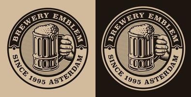 un emblème vintage noir et blanc avec une chope de bière.