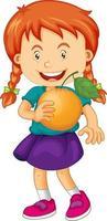 personnage de dessin animé fille heureuse tenant une orange vecteur
