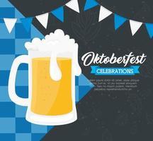 Bannière de célébration oktoberfest avec bière et guirlandes suspendues vecteur