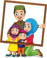 membre de la famille heureuse tenant un cadre photo