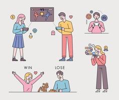 les gens jouent à des jeux sur leur smartphone. les gens se battent avec des amis, choisissent des objets et des blocs de construction.