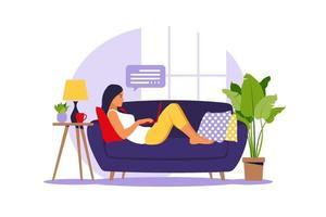 femme se trouve avec un ordinateur portable sur le canapé. illustration de concept pour travailler, étudier, éduquer, travailler à domicile. appartement. illustration vectorielle. vecteur