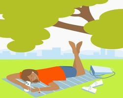 une fille allongée dans un parc écoute de la musique ou un livre audio au téléphone vecteur