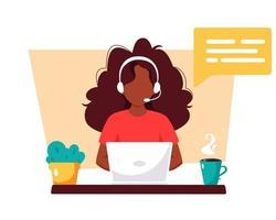 femme noire avec un casque travaillant sur ordinateur. service client, assistant, support, concept de centre d'appels. illustration vectorielle. vecteur