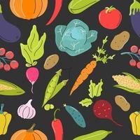 légumes crus, chou, carottes, tomates, betteraves sur fond gris foncé. modèle sans couture de vecteur dans un style plat