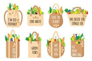 Ensemble de dessin animé de vecteur de sacs d'épicerie réutilisables en textile avec des citations écologiques avec des aliments sains isolés sur fond blanc