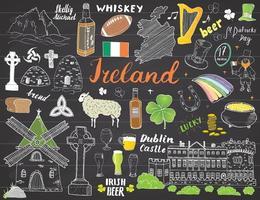 griffonnages de croquis de l'Irlande. Éléments irlandais dessinés à la main avec drapeau et carte de l'Irlande, croix celtique, château, trèfle, harpe celtique, moulin et mouton, bouteilles de whisky et bière irlandaise, vecteur sur tableau noir